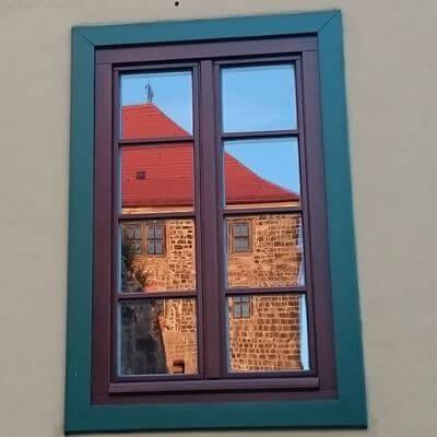 Quedlinburg Spiegelung im Fenster eines sanierten Hauses