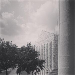 Parthenon of books - Tempel der verbotenen Bücher. Schwarz und weiß.