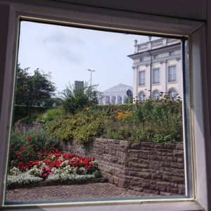 Parthenon of books - Tempel der verbotenen Bücher. Aufegnommen durch das Fenster im Naturkundemuseum Kassel.