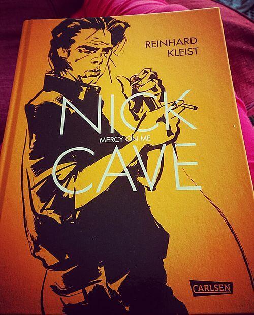 Die Graphic Novel über Nick Cave und mein Knie auf der Couch. Erotischer wird es heute nicht mehr.