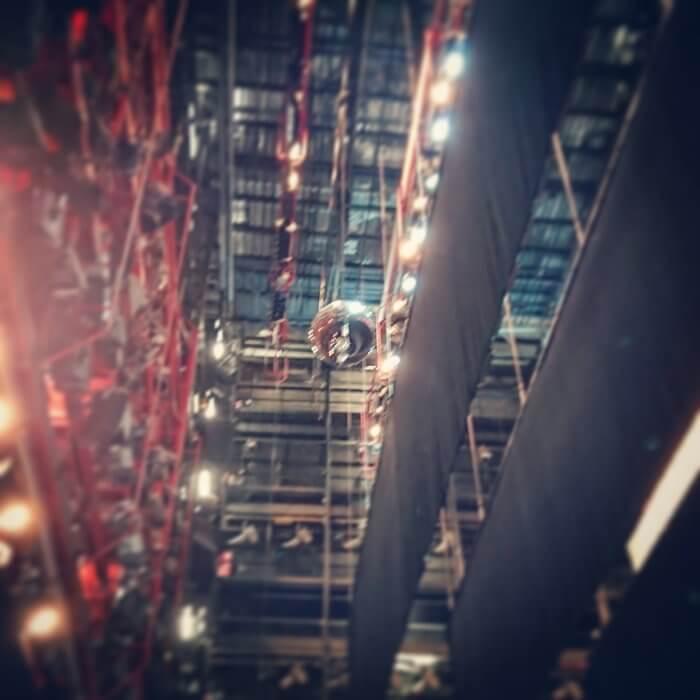 Disco-Kugel über der Bühne im Nationaltheater Mannheim.