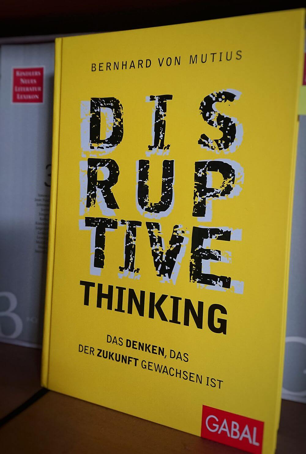 Disruptive thinking im Buchregal