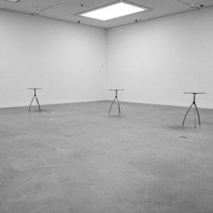 Drei Stehtische, die wie drei Grazien erwartungsvoll in einem Raum der neuen Kunsthalle Mannheim stehen