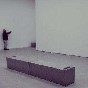 Mann, der den schrägen Raum in der Kunsthalle Mannheim fotografiert