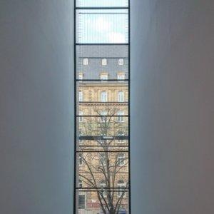 Ausblick aus der neuen Kunsthalle Mannheim auf ein altes Haus