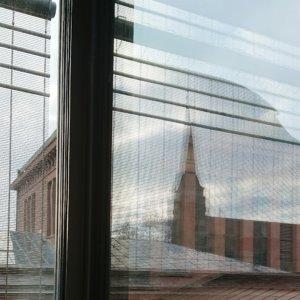 Blick auf die alte Kunsthalle Mannheim, wobei sich die neue Kunsthalle Mannheim im Fenster spiegelt
