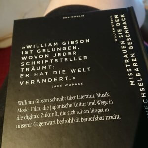 Buchrückseite: William Gibson - Misstrauen sie dem unverwechselbaren Geschmack. Essays und Artikel.