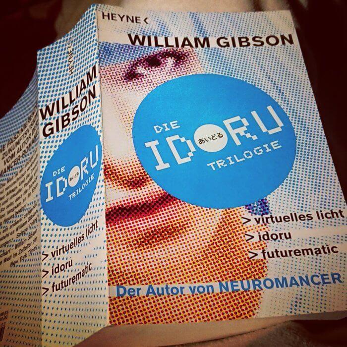 """Die Idoru-Trilogie von William Gibson in einem, sehr dicken, Taschenbuch. (engl.: Bridge-Trilogie - """"Brücken-Trilogie""""), auch """"San Francisco""""-Trilogie genannt"""