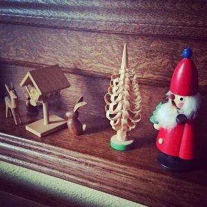 Weihnachtsdeko mit Räuchermännchen Rehen und einem Osterhasen
