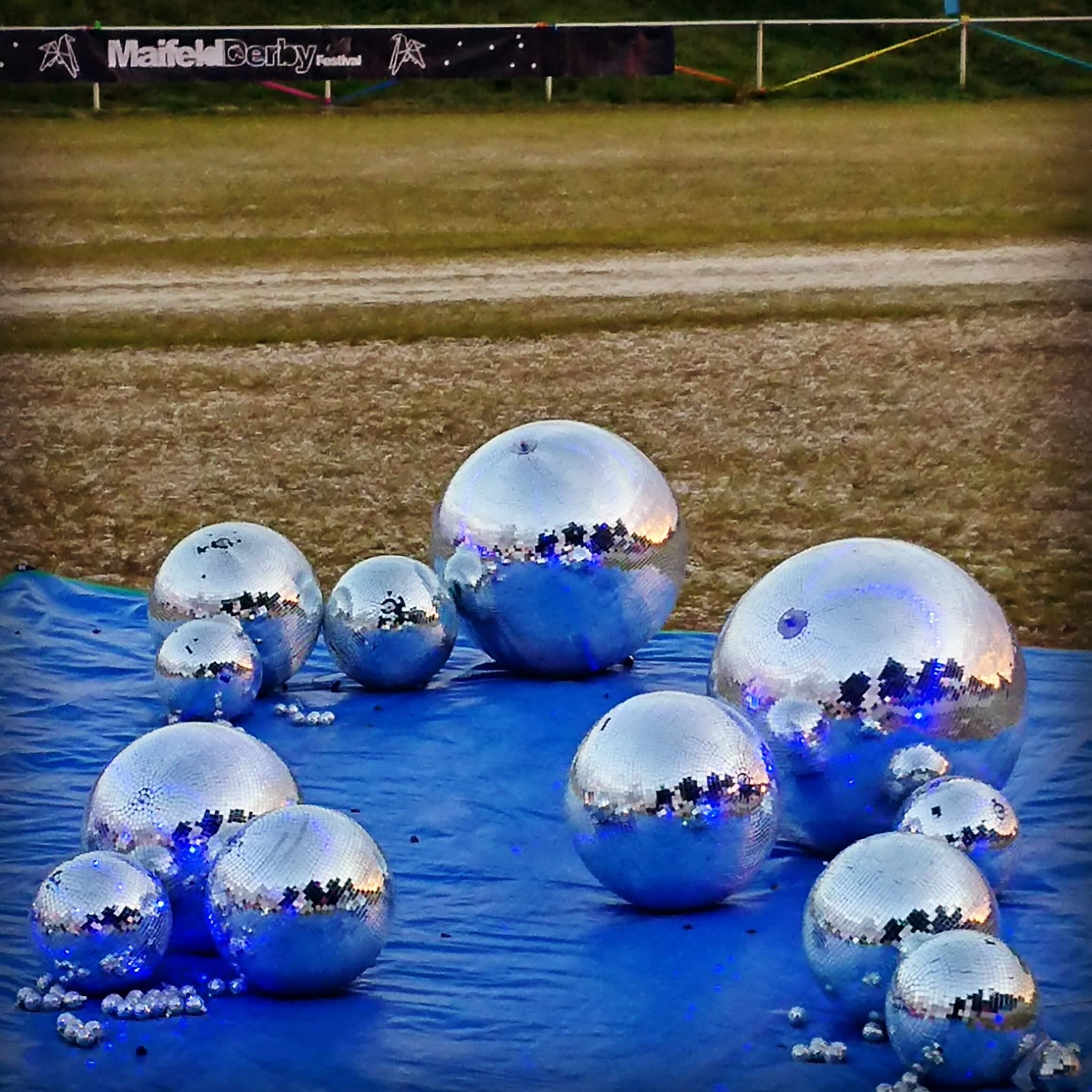 Momentaufnahme vom Maifeld Derby 2018 - die Disco-Kugeln ruhen sich aus. Ruhige Kugeln auf dem Maifeld Derby. Symbolbild für erstaunlich viel nicht-krachige Musik in 2018.