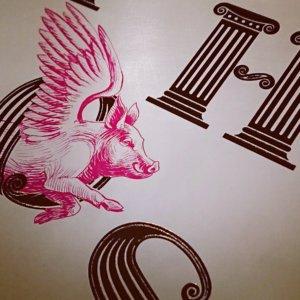 Das Buch Cover glitzert golden und hat ein fliegendes Schwein: > Stephen Fry Mythos Was uns die Götter heute sagen