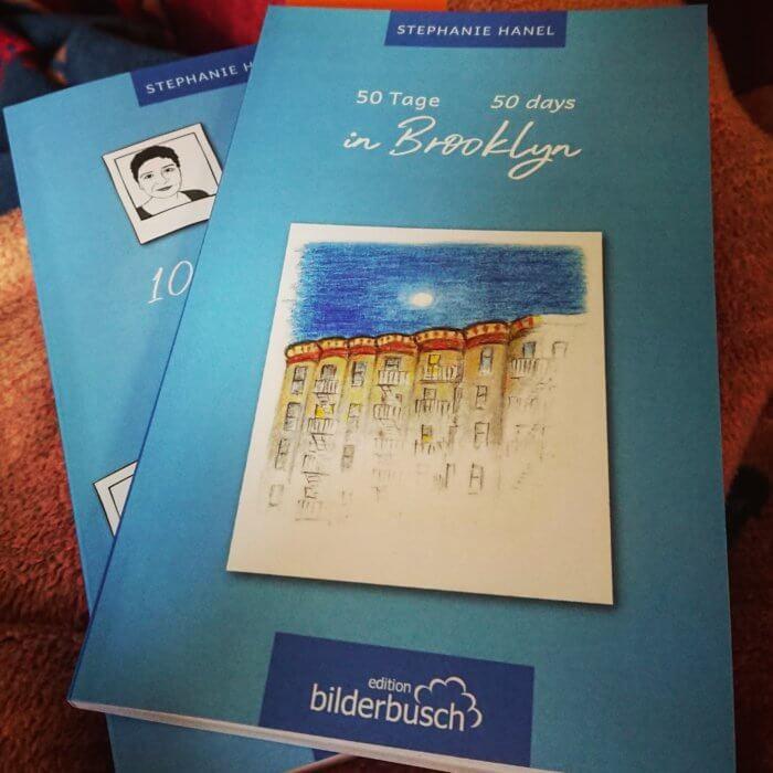 Stephanie Hanel: 50 Tage in Brooklyn. Im Hintergrund das erste Buch: 100 Tage hier & 100 Tage dort