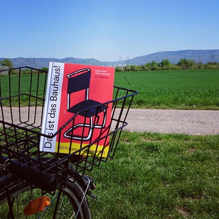 Das ist das Bauhaus! 50 Fragen - 50 Antworten. Buch aus dem Seemann Henschel Verlag. Liegt auf dem Bild im Fahrradkorb vor der Kulisse der Bergstraße.