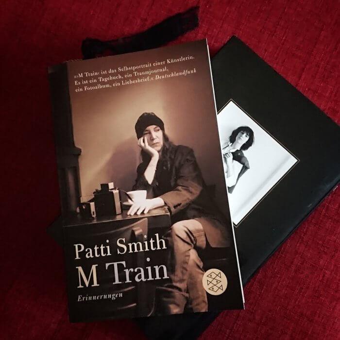 Zwei Bücher von Patti Smith auf meiner Couch: Just Kids und M Train.