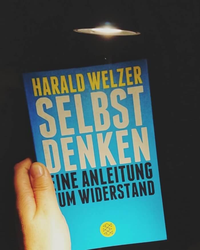 Die ersten Schritte sind ganz einfach: sich endlich wieder ernst nehmen, selbst denken, selbst handeln. Sagt Harald Welzer.