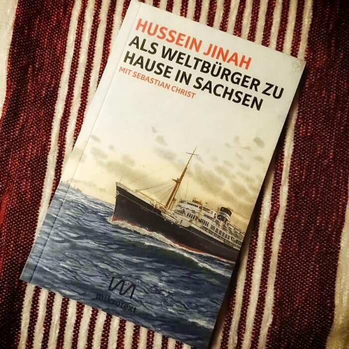 Als Weltbürger zuhause in Sachsen. Hussein Jinah kam als Gaststudent in die DDR. Er war Streetworker in Dresden und erster Anti-Pegida-Demonstrant und zieht klare Linien der Ausländerfeindlichkeit von den 1980er Jahren bis heute. Biografie.