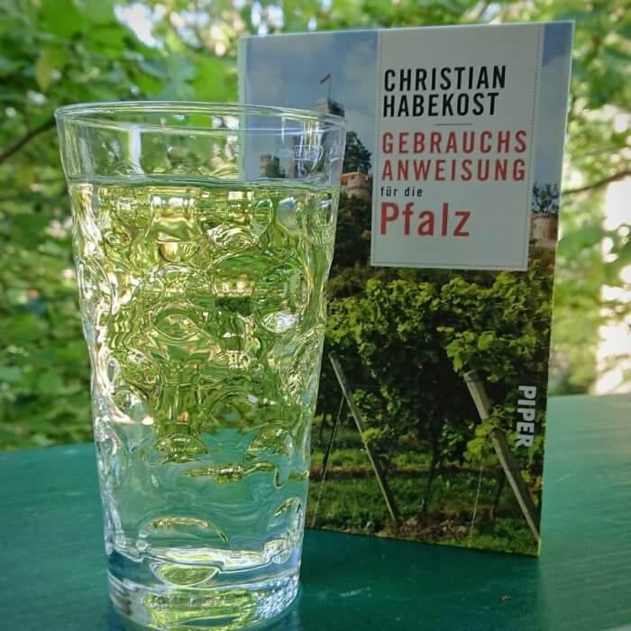 Buch Gebrauchsanweisung Pfalz von Chako Habekost mit Rieslingschorle im Dubbeglas