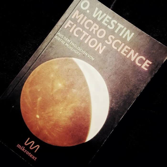 Micro Science Fiction. ie Micro Sci-Fi-Geschichten von O. Westin bestehen nur aus wenigen Sätzen und kurzen Dialogen. Er veröffentlicht sie seit 2013 auf Twitter. Birthe Mühlhoff hat aus über 1.000 Geschichten mehr als 350 ausgewählt und ins Deutsche übersetzt.