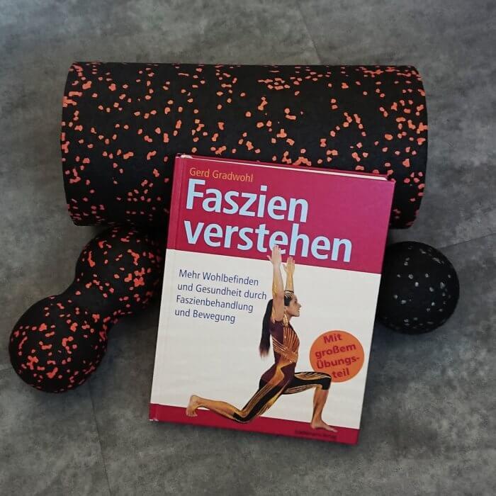 Buch mit Faszienrolle und zwei Faszienbällen. Titel: Faszien verstehen  Mehr Wohlbefinden und Gesundheit durch Faszienbehandlung und Bewegung