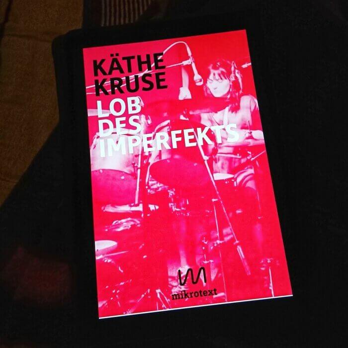 """Cover des E-Books """"Lob des Imperfekts"""" von Käthe Kruse. Darin erzählt unter anderem über die Bewegung der Genialen Dilletanten"""
